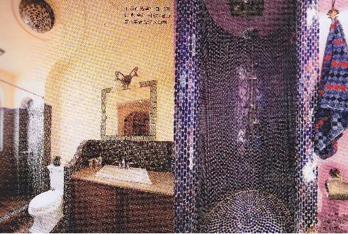 """瓷砖与防水墙面漆的组合(左图)  淋浴房与浴巾的""""爱情""""(右图)"""